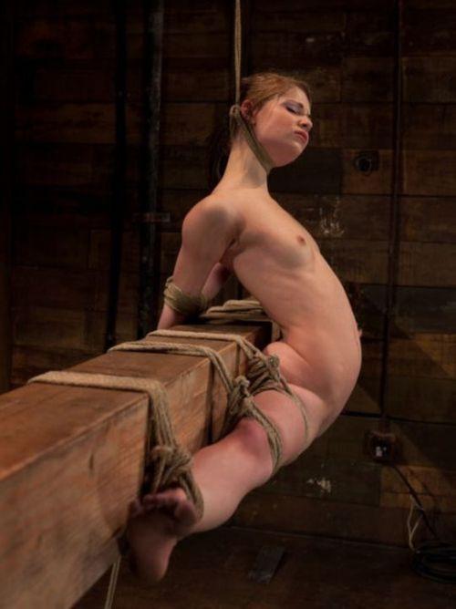 【事故注意】外人女性の首をロープで締め上げる狂人プレイのエロ画像 34枚 No.11