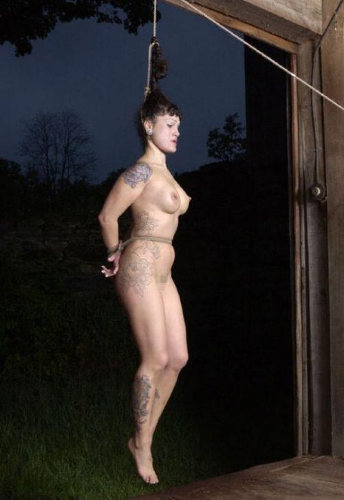 【事故注意】外人女性の首をロープで締め上げる狂人プレイのエロ画像 34枚 No.19