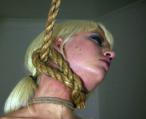 【事故注意】外人女性の首をロープで締め上げる狂人プレイのエロ画像 34枚 No.22