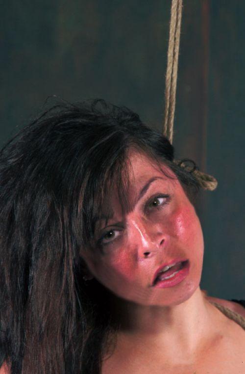 【事故注意】外人女性の首をロープで締め上げる狂人プレイのエロ画像 34枚 No.23