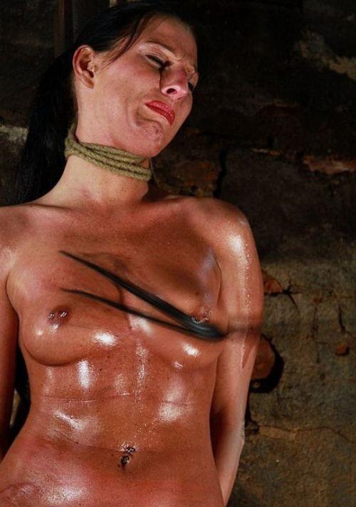 【事故注意】外人女性の首をロープで締め上げる狂人プレイのエロ画像 34枚 No.28
