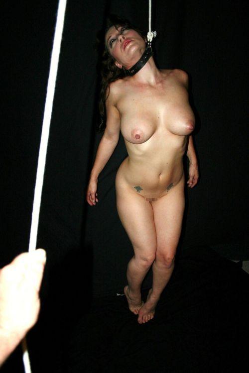【事故注意】外人女性の首をロープで締め上げる狂人プレイのエロ画像 34枚 No.32