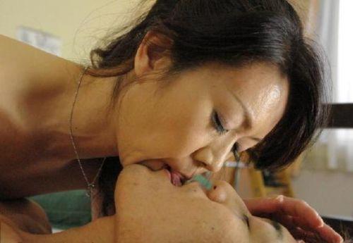 唾液でベチョベチョになってるエッチな熟女のベロチューエロ過ぎwww 31枚 No.9