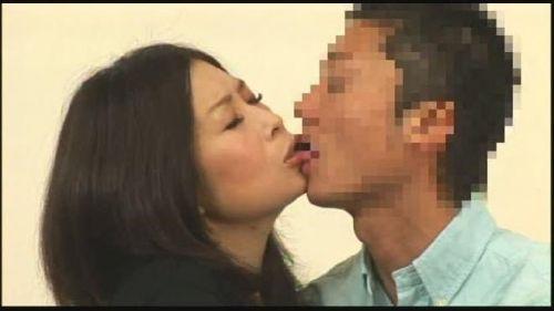 唾液でベチョベチョになってるエッチな熟女のベロチューエロ過ぎwww 31枚 No.18