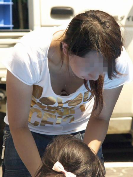 【画像】胸元が緩い子連れ巨乳ママの前屈み胸チラがエロ過ぎwww 32枚 No.2