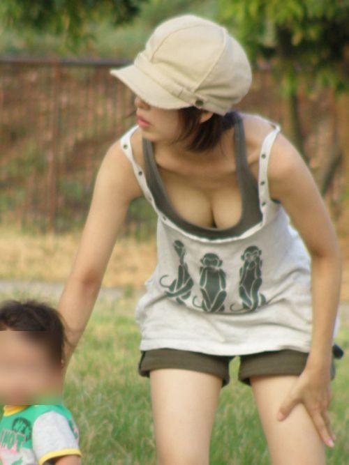 【画像】胸元が緩い子連れ巨乳ママの前屈み胸チラがエロ過ぎwww 32枚 No.3
