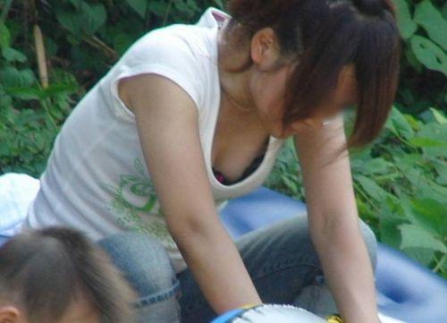 【画像】胸元が緩い子連れ巨乳ママの前屈み胸チラがエロ過ぎwww 32枚 No.5