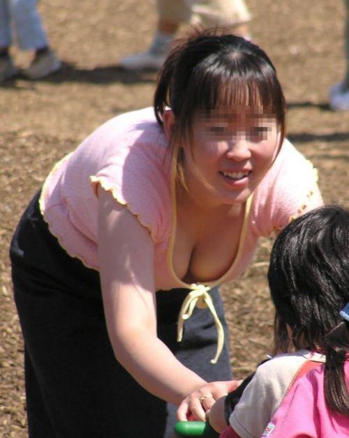 【画像】胸元が緩い子連れ巨乳ママの前屈み胸チラがエロ過ぎwww 32枚 No.12