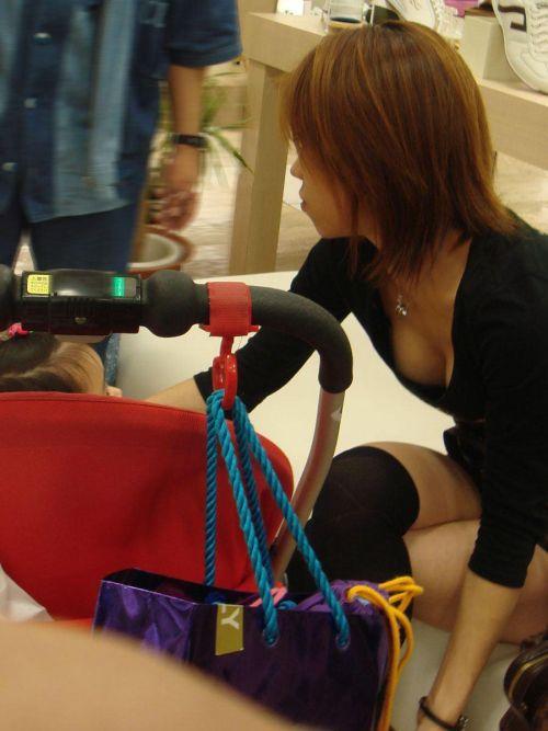 【画像】胸元が緩い子連れ巨乳ママの前屈み胸チラがエロ過ぎwww 32枚 No.23