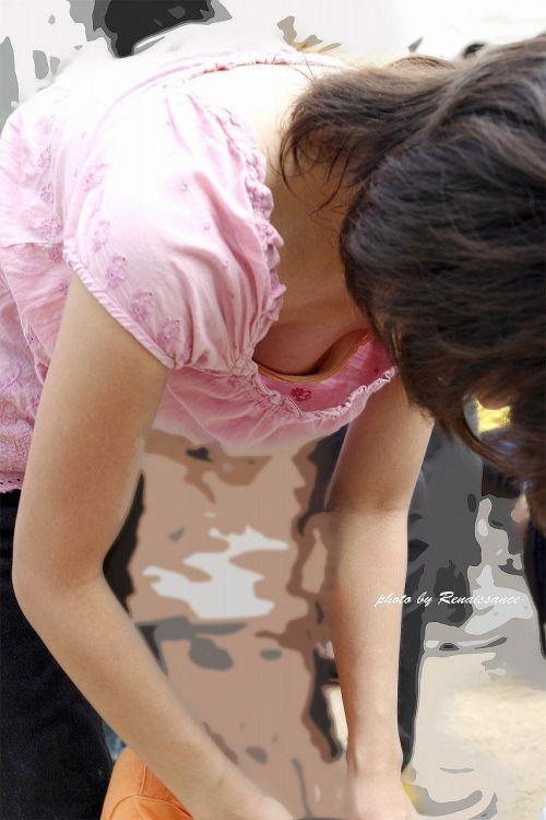 【画像】胸元が緩い子連れ巨乳ママの前屈み胸チラがエロ過ぎwww 32枚 No.29