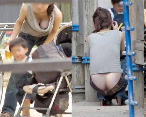 【画像】胸元が緩い子連れ巨乳ママの前屈み胸チラがエロ過ぎwww 32枚 No.32