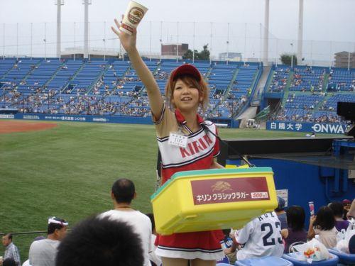 【画像】プロ野球の試合でビールを売ってる売り子が即バボwww 37枚 No.3
