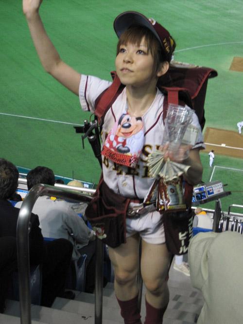 【画像】プロ野球の試合でビールを売ってる売り子が即バボwww 37枚 No.4