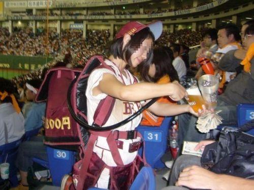 【画像】プロ野球の試合でビールを売ってる売り子が即バボwww 37枚 No.6