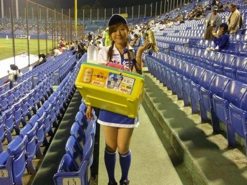 【画像】プロ野球の試合でビールを売ってる売り子が即バボwww 37枚 No.10