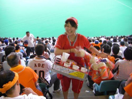 【画像】プロ野球の試合でビールを売ってる売り子が即バボwww 37枚 No.13