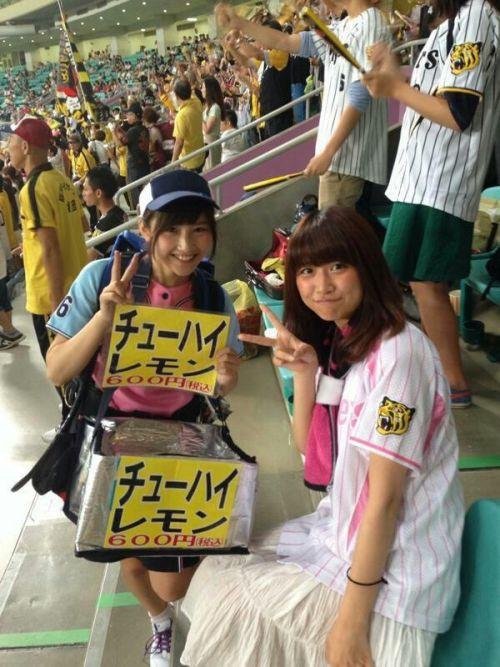 【画像】プロ野球の試合でビールを売ってる売り子が即バボwww 37枚 No.15