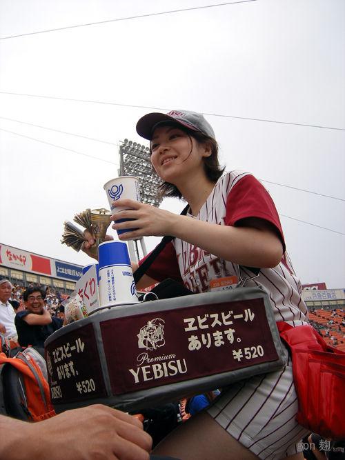 【画像】プロ野球の試合でビールを売ってる売り子が即バボwww 37枚 No.20