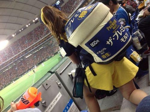 【画像】プロ野球の試合でビールを売ってる売り子が即バボwww 37枚 No.22