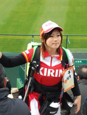 【画像】プロ野球の試合でビールを売ってる売り子が即バボwww 37枚 No.26