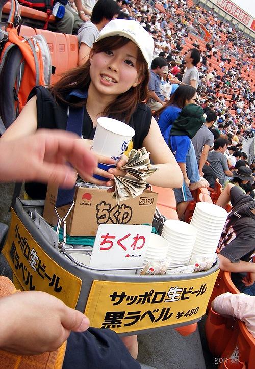 【画像】プロ野球の試合でビールを売ってる売り子が即バボwww 37枚 No.27