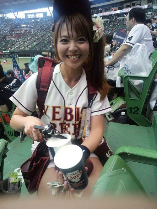 【画像】プロ野球の試合でビールを売ってる売り子が即バボwww 37枚 No.30