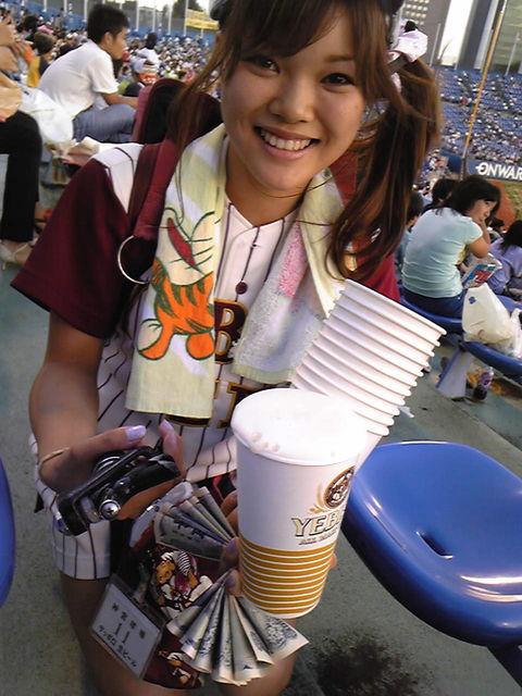 【画像】プロ野球の試合でビールを売ってる売り子が即バボwww 37枚 No.31