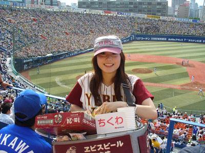 【画像】プロ野球の試合でビールを売ってる売り子が即バボwww 37枚 No.34