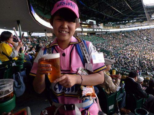 【画像】プロ野球の試合でビールを売ってる売り子が即バボwww 37枚 No.36