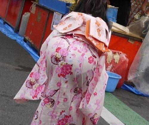【画像】浴衣の上からパンティが透けたまま普通に歩くギャル達www 39枚 No.14