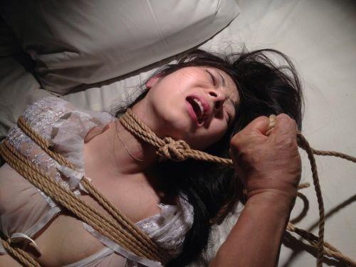 ロープで首を絞めてアヘ顔や白目をムイちゃうドM女のセックスエロ画像 32枚 No.32