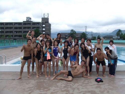 みんなで競泳水着のお尻や股間晒して記念撮影しちゃう水泳部のエロ画像 38枚 No.5