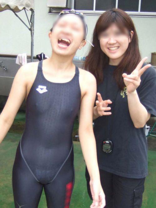 みんなで競泳水着のお尻や股間晒して記念撮影しちゃう水泳部のエロ画像 38枚 No.9
