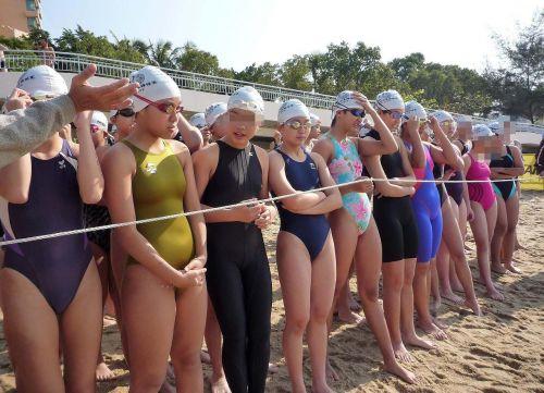 みんなで競泳水着のお尻や股間晒して記念撮影しちゃう水泳部のエロ画像 38枚 No.23