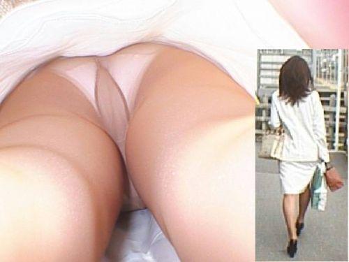 OLさんのタイトスカートの狭い隙間から逆さ撮りしたエロ画像 37枚 No.20