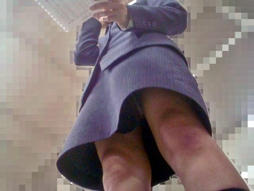 OLさんのタイトスカートの狭い隙間から逆さ撮りしたエロ画像 37枚 No.33
