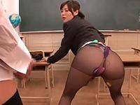黒パンスト姿がエロい女教師がローターオナニーで生徒を誘惑する