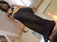 生徒の顔を踏みつけ匂いを嗅がせる黒パンスト痴女教師(pornhub)