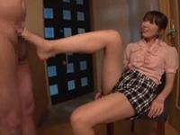 生足足コキで優しく抜いてくれるショートパンツのお姉さん(pornhub)