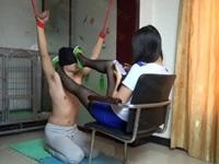 M男の両手を吊るし美脚と尻で責める黒ストミニスカS女性(pornhub)