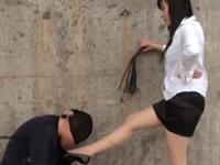 ミニスカS女性が屋外で足責めの後聖水拝受(XVIDEOS)
