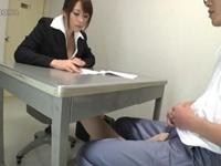 尋問しながら机の下で足コキ抜きするパンスト美脚の痴女弁護士 眞木あずさ