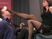 男の顔を黒パンスト足裏で弄るS女性(pornhub)