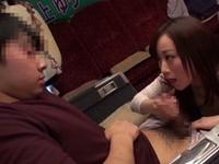 人気AV女優川上ゆうの凄手コキテクに我慢できず5分以内に射精しちゃった素人男性!