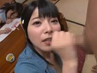 上原亜衣 妹が後ろで寝ているのに兄をフェラ抜きして濃厚精子をごっくんしちゃう淫乱美少女な姉!