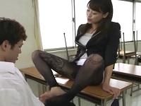 パンチラで勃起した生徒を足コキで抜く女教師 秋山祥子