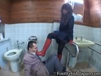 M男の顔を赤ブーツで踏みつけやりたい放題のS女性
