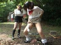 顔だけ出して地面に埋めら便器にされた男性教師