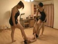 一方的にM男をフルボッコするレスリングお姉さま達!羽交い締めにし強制チ〇コ陵辱!