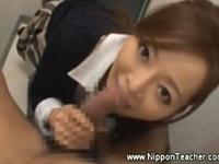 トイレで生徒のチンポを咥えこみフェラする巨乳の美人先生
